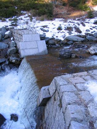 Klínový potok - stupeň s přelivem z velkých kamenů