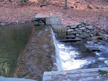 Kotelský potok, přehrážka z dvojité sruboviny s boky vyzděnými z kamene