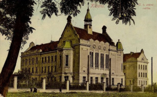 Reálné gymnázium v Kladně (navržené v roce 1903), dobová pohlednice  z roku 1913 (zdroj: Gymnázium Kladno, archiv)
