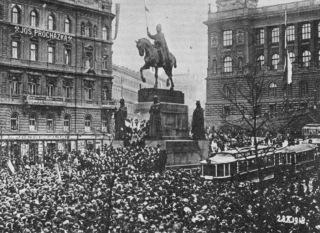 Pomník svatého Václava na Václavském náměstí v Praze 28. října 1918, manifestace vyhlášení nezávislosti (zdroj: www.wikipedia.org, autor neznámý, volné foto, 1918)