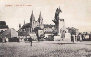 Pomník Františka Palackého v Praze na Novém Městě pražském kolem roku 1915 (dobová pohlednice, volné dílo)