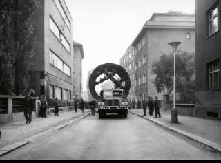 Obr. 2 Převoz razicího štítu ulicí Hradeckých, Praha, 1970