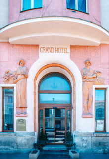 Vstup do hotelu Grand, současný stav
