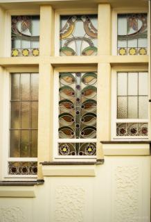 Flečkova vila, vitrážové okno s motivy ptáků
