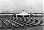 První celostátní spartakiáda roku 1955 na Strahovském stadionu v Praze, v zadní části fotografie je Brána borců podle návrhu Jiřího Krohy