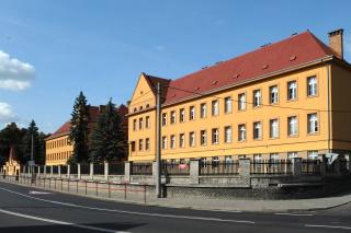 Základní škola v Trmicích byla navržena v letech 1923 až 1924 a postavena v letech 1925 až 1926