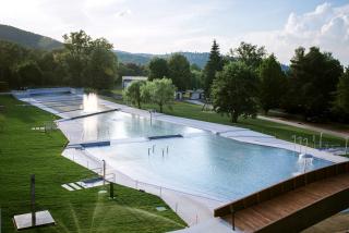 Pohled z tobogánu na dětský bazén