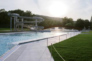 Pohled na rekreační bazén s tobogánem a skluzavkou