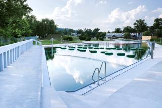 Pohled na plavecký bazén od spodní hráze