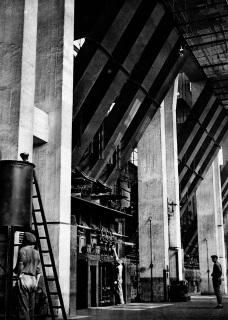 """Tři následovníci """"Antonína – topiče elektrárenského"""" obsluhují moderní strmotrubný kotel s automatickým přikládáním"""