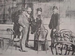 Thonetky na Jubilejní výstavě v Praze v roce 1891; fotografie francouzského vzduchoplavce pana Eugena Surcoufa (v čepici) před vzletem balonu pojmenovaného Victor Hugo v rozhovoru s diváky v balonové ohradě, která sloužila rovněž jako manéž pro představení cirkusu – s nezbytnými thonetkami