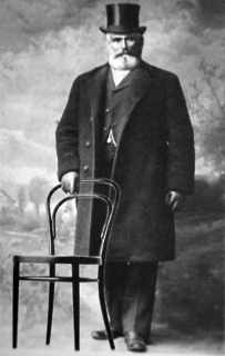 Michael Thonet se svou židlí na reklamní fotografii