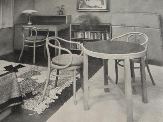Thonetky jako součást moderního interiéru třicátých let 20. století. Pokoj samostatné ženy z výstavy Moderní žena, pořádané v Brně roku 1929, podle návrhu arch. H. Kučerové-Záveské