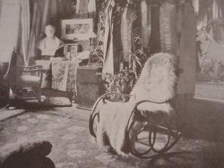 Thonetovy židle a křesla se staly oblíbenými napříč společností na přelomu 19. a 20. století – toto pohodlné houpací křeslo se stalo ozdobou studovny herečky Národního divadla v Praze Marušky Bittnerové, která žila v letech 1854–1898