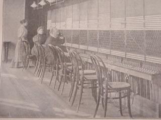 Lehké Thonetovy židle jako součást zařízení Ústřední telefonní stanice v Praze