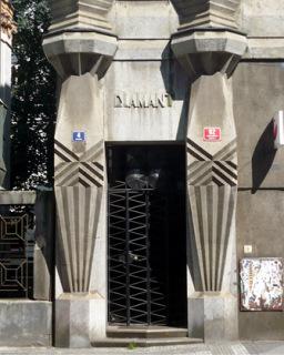 Obr. 12 Dům Diamant, vstup do budovy (zdroj: Gampe, 2009, volné dílo)