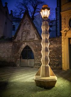 Obr. 03 Kubistická lampa na Jungmannově náměstí (zdroj: Coweeczwech, 2018, Wikimedia Commons, CC BY-SA 4.0)