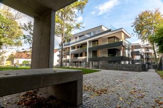 Pohled na rezidenci od zahradního altánu