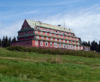 Sokolská bouda z Volské louky, Krkonoše, stav v roce 2012