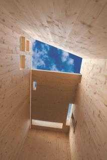Hrubá stavba nadzemní části z panelů z křížem lepeného dřeva (zdroj: NOVATOP)