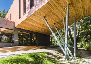 Hlavní vstup do budovy z nábřežní promenády (foto: Tomáš Malý)