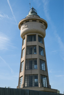 Obr. 3 Majáková věž na letišti v Kbelích, 1924–1927 (zdroj: Sam Wise, 2016, Wikimedia Commons, CC BY-SA 2.0)