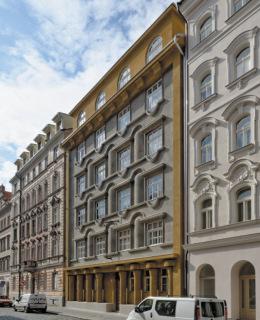 Obr. 7 Rondokubistický bytový dům v Praze 7, Kamenická ulice 35, z let 1923–1924 je evidován jako kulturní památka České republiky (zdroj: Gampe, 2014, CC BY-SA 4.0)