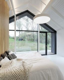 Interiér domu je vzdušný a plný světla