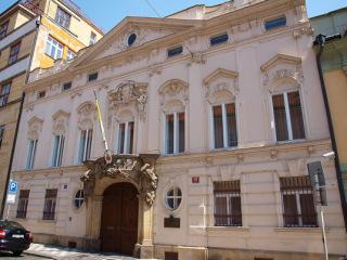 Valterův palác, Praha, z let 1891–1892, od roku 1929 sídlo papežské nunciatury (zdroj: VitVit, 2012, Wikimedia Commons, CC-BY SA 3.0)