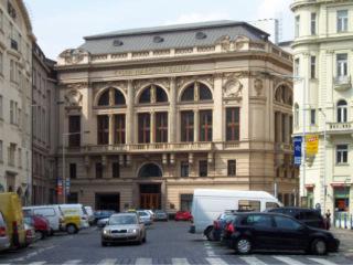 Budova bývalé plodinové burzy v Praze, realizace 1893 až 1894 (zdroj: User Aktron, 2006, Wikimedia Commons, CC BY-SA 3.0)