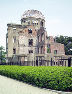 Část památníku Genbaku dome, Hirošima (volné dílo, zdroj: 5. srpna 2005, https://commons.wikimedia.org/wiki/File:HiroshimaGembakuDome6941.jpg)