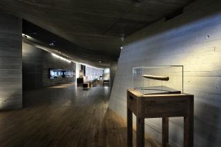 Pohled do hlavního prostoru, v popředí exponát mapy na mamutím klu