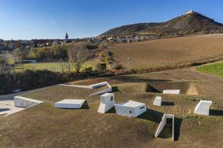 Pohled na archeopark z ptačí perspektivy, obec Pavlov a Děvičky