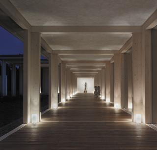 Vstupní galerie s večerním osvětlením