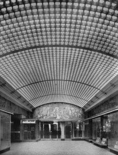 Skleněná klenba pasáže Rolnické pojišťovny v Praze a skleněná mozaika nad dveřmi
