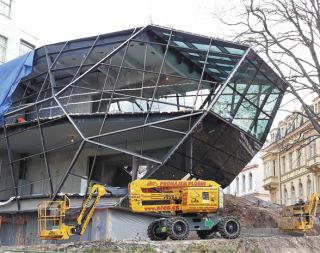 Usazování prosklené fasády