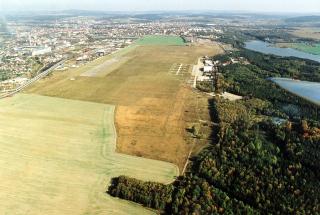 Obr. 1 Historický letecký pohled na ještě volná nezastavěná Borská pole v osmdesátých letech 20. století