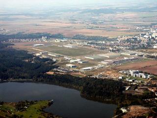 Obr. 5 Letecký snímek 2002, území se rychle zaplňuje novými firmami