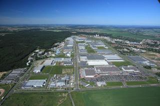Obr. 7 Letecký snímek z roku 2006 od univerzity, v popředí obchodní centrum