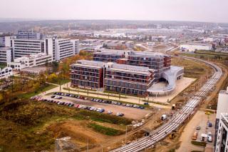 Obr. 8 Snímek z roku 2019, výzkumná centra, vpravo realizace tramvajové trati