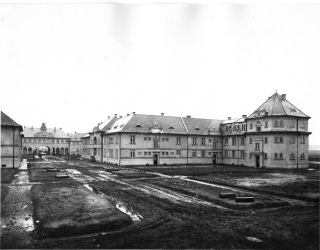 Obr. 12. Druhá stavební etapa Jubilejní kolonie s bytovými domy – nárožní dům č. p. 304 a průjezdným domem č. p. 285, foto leden 1928 (zdroj: Archiv VÍTKOVICE, a.s.)
