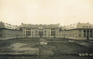 Obr. 03 Půlkruhově formovaný blok bytových domů v druhé etapě výstavby Jubilejní kolonie, leden 1928 (zdroj: Archiv VÍTKOVICE, a.s.)