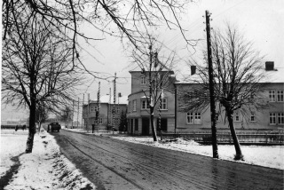 Obr. 13 Vstupní část Jubilejní kolonie při pohledu ze Závodní ulice se slavnostní výzdobou u příležitosti  100. výročí založení Vítkovických železáren, prosinec 1928 (zdroj: Archiv VÍTKOVICE, a.s.)