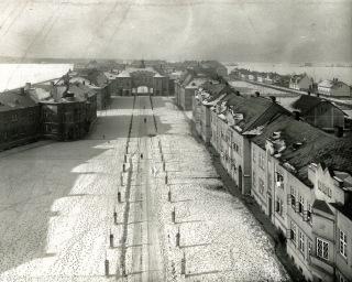 Obr. 14. Pohled z horní části bytového průjezdného domu č. p. 330 směrem k průjezdnému domu č. p. 285, zima 1929/1930 (zdroj: Archiv VÍTKOVICE, a.s.)