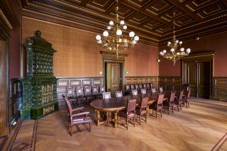 Obr. 04 Zasedací místnost s kamny, štukovým stropem s iluzí dřeva a ornamentální podlahou