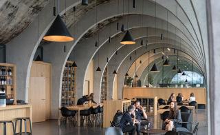 Hlavní reprezentativní prostor odkazuje na tradiční vinné sklepy v regionu (foto: Alexandra Timpau / Alex Shoots Buildings)