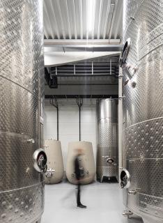 Vyšší z hal pokrývá provozy s požadavkem na nižší teplotu – lisovnu, sklep a sklady lahvovaného vína (foto: Alexandra Timpau / Alex Shoots Buildings)