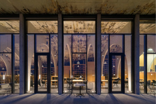 Čelní pohled dovnitř showroomu (foto: Alexandra Timpau / Alex Shoots Buildings)