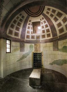 Obr. 18 Kaple Božího hrobu – interiér vstupního prostoru, v pozadí vstup do vlastního hrobu (foto: Ladislav Bezděk)