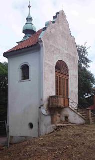 Obr. 04 Pohled na kapli Kalvárii (sv. Kříže) – stav před obnovou v roce 2018, viditelná plocha zavlhlého zdiva dolní úrovně stavby (foto: arch. Miloslav Hanzl)
